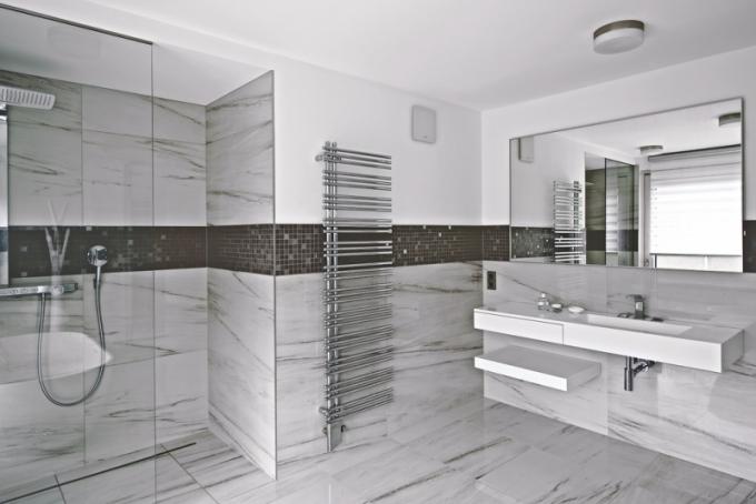 Obě koupelny jsou vybaveny nejen vanou, ale také prostorným sprchovým koutem. Praktické nábytkové moduly s umyvadly jsou zhotoveny podle návrhu architektky z corianu. Kralují zde solitérní vany Bilbao (Riho). Všechny baterie nesou značku Keuco, klozety Villeroy Boch a velkoplošné zrcadlo je vyrobeno na míru