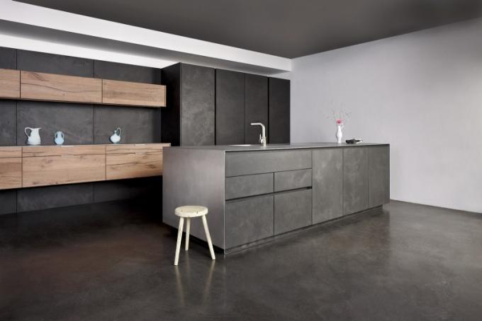 Kuchyňský koncept Concrete Vintage Oak Main, kombinace dubu Vintage a přírodního betonu, pracovní deska Unique Silvertouch, Eggersmann, cena na dotaz, www.poggenpohl.cz a www.sedlakinterier.cz