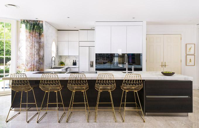 Kuchyňský koncept Exclusive/ Futuro, dýhovaný ostrůvek kouřový dub, bílá dvířka vysoký lesk, žulová deska Calacatta Moonlight, spotřebiče Bora, Sykora/kuchyně nejvyšší kvality, cena na dotaz, www.sykora.eu