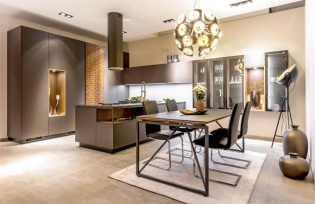 Jednou z novinek firmy Sykora pro rok 2017 je kuchyně Diamond, která představuje kombinaci 3D dýhy, revolučního laku Evermatt v barvě Terra Brown a pracovní desky z žuly v exkluzivní povrchové úpravě se štípanými hranami. Významným prvkem této kuchyně je i systém zásuvných dveří Hawa, který podtrhuje celistvý design sestavy, www.sykora.eu
