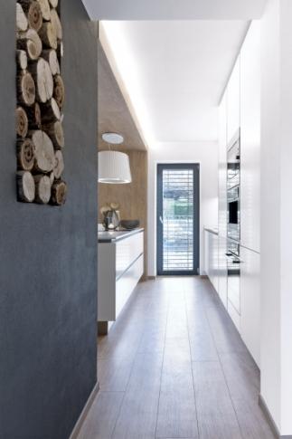 Podlahy v celém domě jednotně pokrývají vinylové dílce od společnosti Quick Step v dekoru prémiový dub