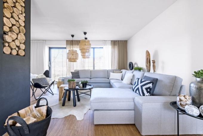 Do obývacího pokoje vybrala majitelka prostornou sedací soupravu z Ikea, kde také pořídila pravou kůži, která slouží jako koberec v obýváku