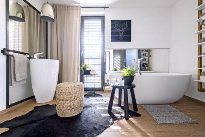 Koupelna v přízemí je vybavená volně stojící vanou značky Polysan a solitérním umyvadlem od firmy Besteco
