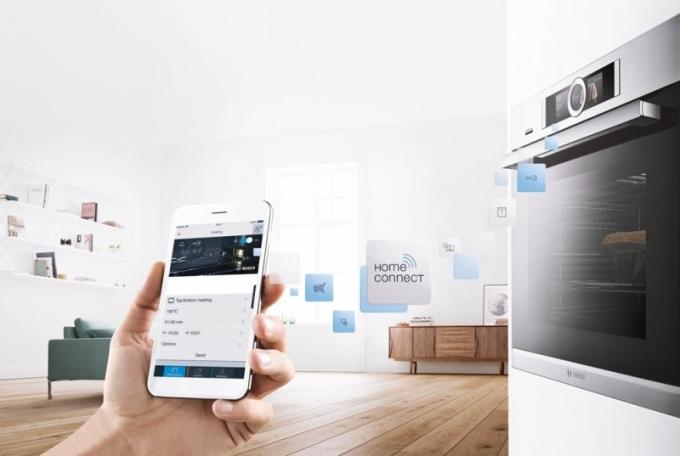 Vestavná trouba Bosch Serie 8 se senzorem PerfectBake, teplotní sondou PerfectRoast, mikrovlnami, funkcí přidané páry a možností propojení s chytrým telefonem nebo tabletem pomocí Home Connect. Cena 63 990 Kč, www.bosch-home.cz