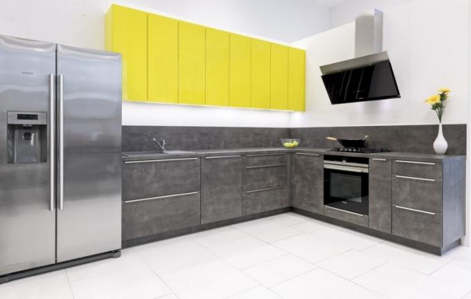 Lamino s módním dekorem tmavého betonu je použité u spodních skříněk, na pracovní desce a zástěně nad deskou, horní skříňky jsou lakované