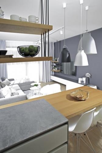 Jídelní stůl vhodně doplňují závěsná svítidla Caravaggio P2 (Lightyears) designérky Cecilie Manz a židle Eames Plastic Side Chair DSR (Vitra)