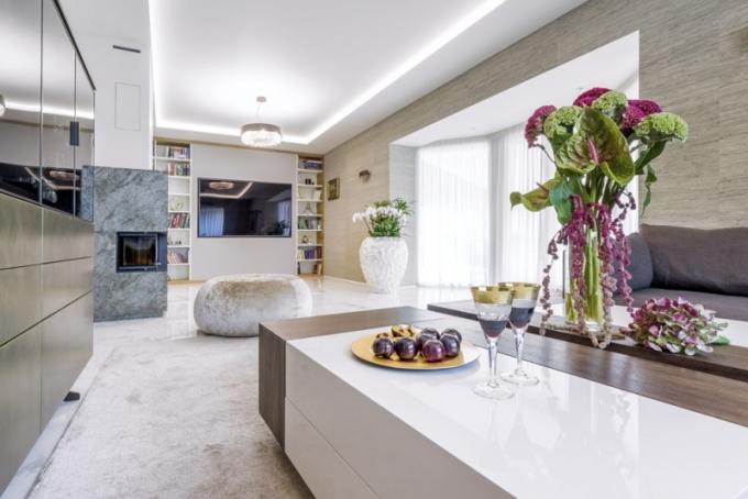 Podlahu společenské zóny kryje velkoformátová dlažba připomínající mramor. Je vyhřívaná a v obývacím pokoji částečně krytá kobercem. Na stěnách je použita textilní tapeta (Elitis). Nepřímé osvětlení zajišťuje světelná rampa s LED pásky. Nový krb je obložený efektní kamennou dýhou Slate lite