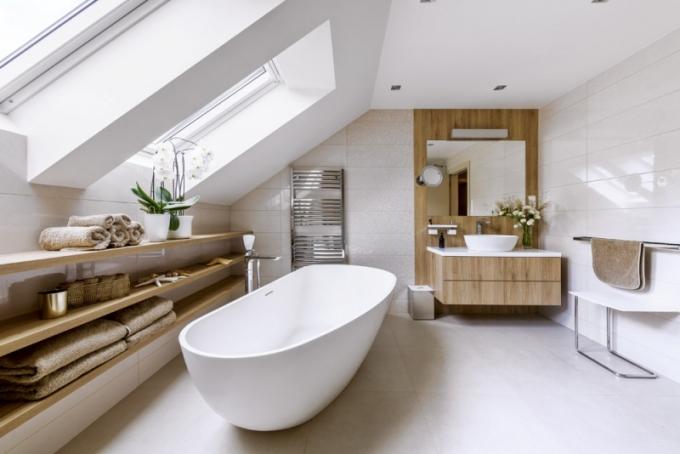 Podkrovní koupelna je vybavena nejen sprchovým koutem, ale i solitérní vanou Riho, baterií Sapho a umyvadlem Laufen