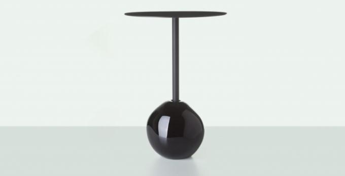 Odkládací stolek z kolekce Antihmota pracuje s kontrastem masivní základny a křehké konstrukce, cena 29 800 Kč