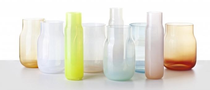 Váza Bandaska je dostupná v různých velikostech a barvách, vázy jsou ručně foukané do bukových forem, barevný gradient ve skle, výška od 22 do 34 cm, cena od 5 300 Kč