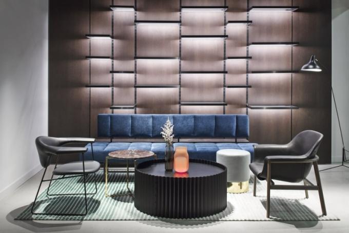 Architektonické řešení recepce Millennium je dílem Dagmar Štěpánové a Denisy Strmiskové, dekorativní osvětlení na míru a vázy Bandasky jsou od studia Dechem