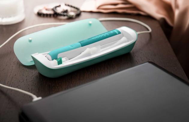 Hygienu stále při ruce vám zajistí sonický zubní kartáček SOC 2202TQ od značky Sencor s LED ukazatelem stavu baterie a s možností dobíjení přes USB kabel