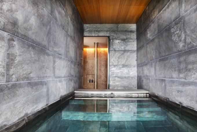 Kamenem obložený bazén s hydromasážními tryskami