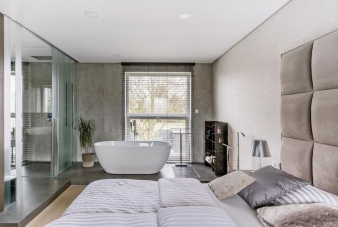 V ložnici byla použita textilní tapeta Vescom. Kromě pohodlného lůžka (Spring Air) je součástí místnosti také otvírací kosmetický stolek s osvětlením. Noční stolky prakticky doplňují plastové lampičky (Kartell)