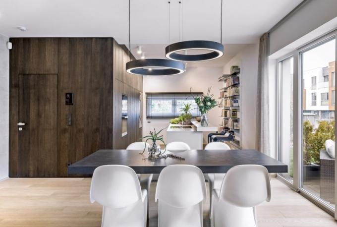 Kuchyň vytvořenou ze dvou linií vhodně dotváří i na míru zhotovená knihovna. Ta je zajímavě kombinovaná z hlubších a mělčích kovových polic