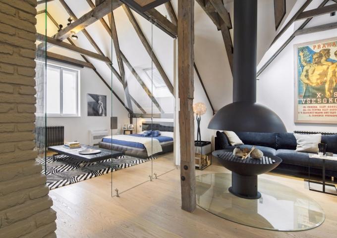 Ložnice je přepažená jen skleněnou stěnou s roletami, tím byla na přání majitele zachována vzdušnost velkoryse koncipovaného celku