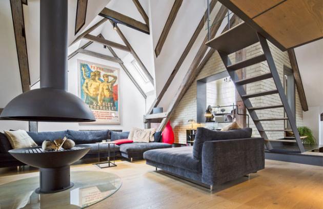 V atraktivně upraveném podkroví secesní pražské vily Helenka bylo možné vzhledem k jeho výšce vytvořit i relaxační patro. Nevšední výzdobou interiéru jsou plakáty – ten pro 10. všesokolský slet je z roku 1938