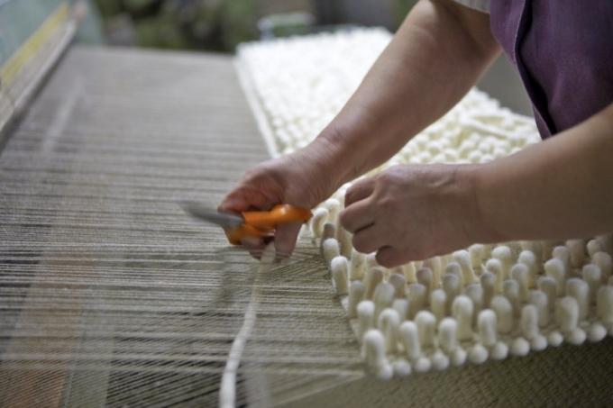 K současným trendům patří výrazné plastické struktury, které tvoří silná vlákna a smyčky (na fotografii ukázka techniky společnosti Tisca)