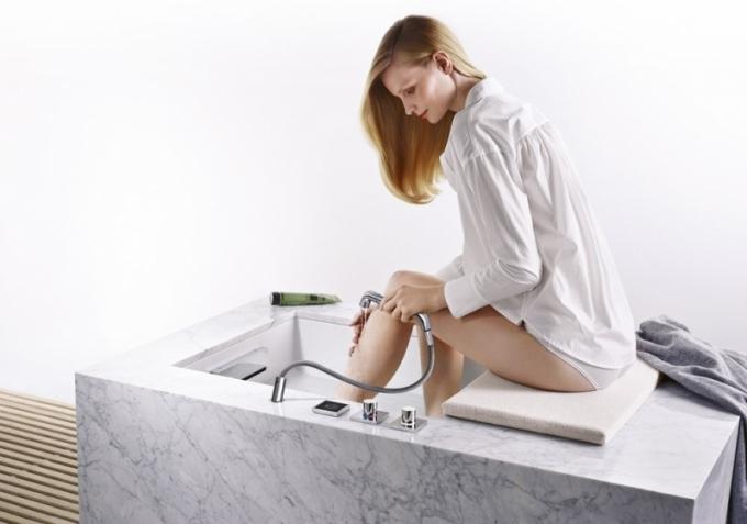 Foot Bath masážní trysky, možnost střídání teplot, vhodné pro koupele nohou – klasické Kneippovy střiky, Dornbracht, cena 370 333 Kč, www.dornbracht.com