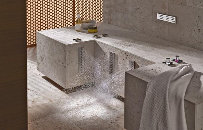 Sprcha Leg Shower, 4 WaterBars ve výši lýtek, možnost přepínání teplé a studené vody, různé typy výtoků a proudů, Sieger Design, cena 353 235 Kč, www.dornbracht.com