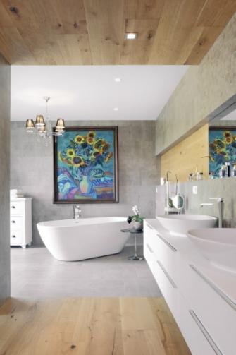 Relaxační části koupelny dominuje volně stojící vana a obraz s kyticí od J. V. Barneta