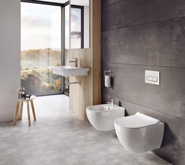 Toaleta z konceptu Chrome, bez oplachového kruhu, skrytý systém k uchycení na zeď, 2 různé typy sedátek, instalační moduly do zdi a splachovací tlačítka ve stejném designu, Ravak, cena od 5 990 Kč, www.ravak.cz
