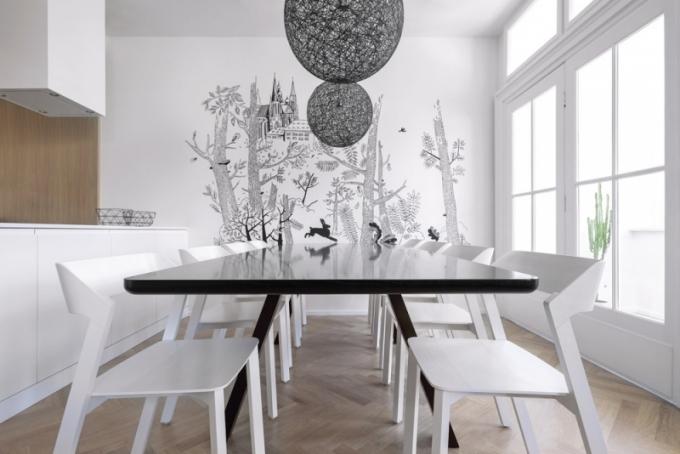 Epicentrem je zajisté jídelní zóna, která je nejen velkorysá co do prostoru, ale také kvalitně vybavená. Stůl vyrobený na míru architekti doplnili o židle od českého výrobce Ton. Atmosféru v jídelně dotvořila malba na míru od grafického studia TomskiPolanski