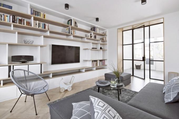 Kromě velkorysého úložného zázemí je rozmístění nábytku přizpůsobeno dětem a jejich radovánkám
