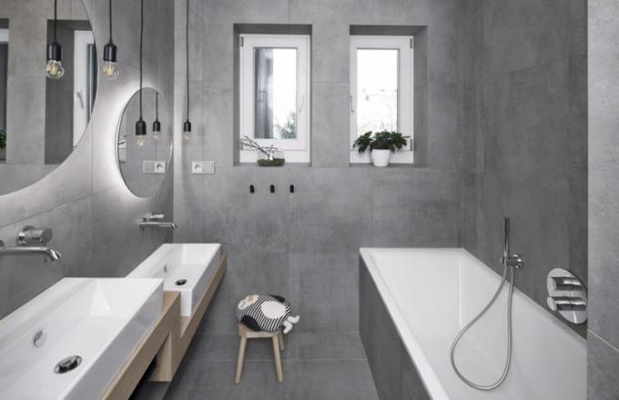 Dvě umyvadla v různých výškách v dětské koupelně korespondují s plány majitelů bytu, tedy s dalšími přírůstky do rodiny