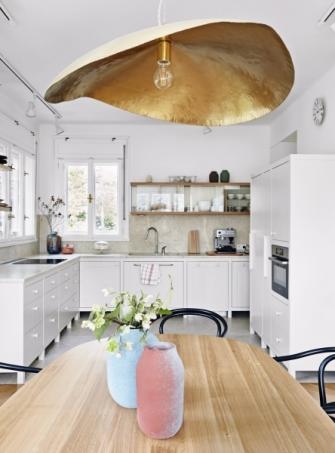 Kuchyň i jídelní stůl z dubového dřeva vyrobili podle návrhu architekta truhláři ze studia Atyp Interier Praha. Druhá, menší kuchyň se nachází v suterénu, kde je pracovna a hudební zkušebna. Součástí rozlehlého domu je také podkroví s hernou a výtvarný ateliér v mezipatře