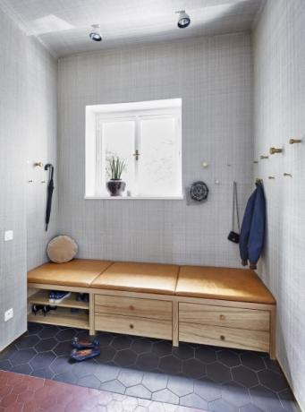 Vstupní prostor domu s lavicí a vestavěným botníkem vznikl na místě, kde dřív bývala toaleta