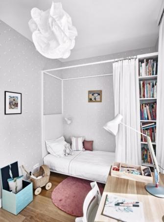 Součástí postelí v dětských pokojích je vestavěný úložný prostor a závěs, který dětem umožňuje nerušeně snít