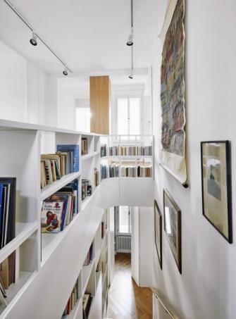 Otevřená knihovna propouští na úzké schodiště dostatek přirozeného světla