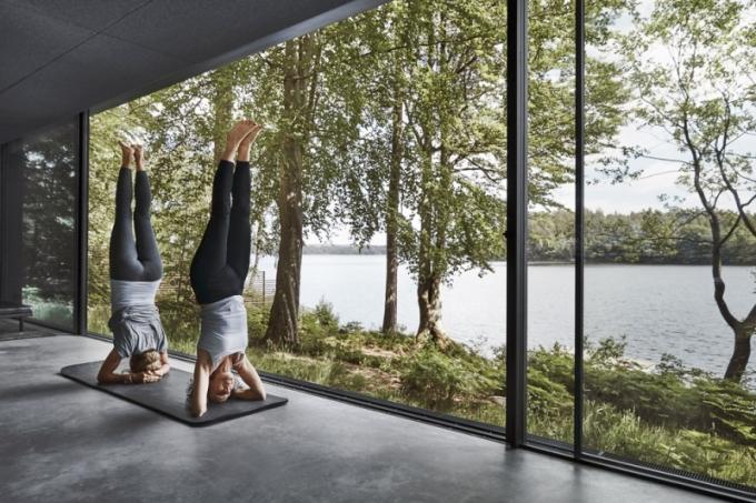 Panoramatický výhled zajišťují posuvná okna, díky kterým neřešíte rozdíl mezi vnitřním a venkovním prostorem. I v případě cvičení jógy jste uvnitř a přitom na dotek přírodě