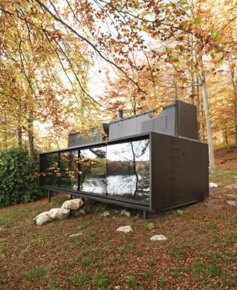 Vytápění je řešeno formou podlahového topení a krbu umístěného v polyfunkční zóně
