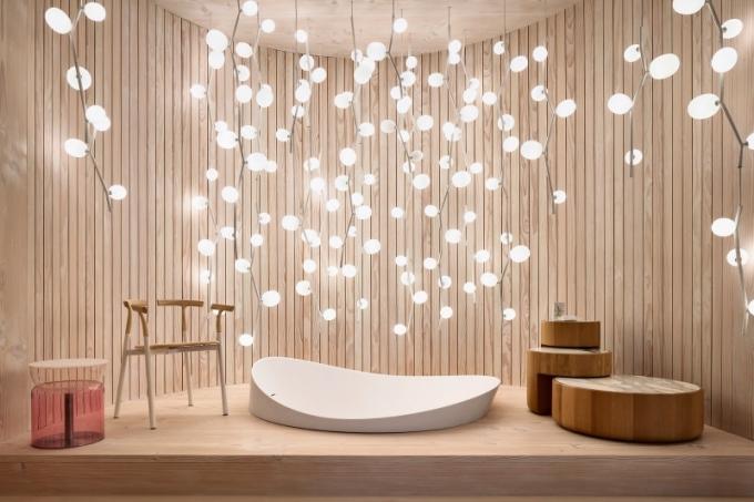 Zásadním prvkem projektu je světlo. V koupelně obložené dřevem zdobí prostor kolem zapuštěné vany novinka Ivy, kterou Lucie navrhla pro český Brokis, jehož art direktorkou v současné době je
