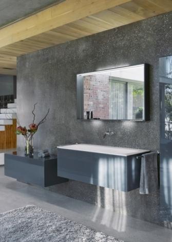 Na lesklých skleněných plochách nábytku se vytvářejí světelné efekty, které vzbuzují iluzi barevných proměn. Široký typ skříňky s prostorným umyvadlem (120 cm), cena umyvadla 41 675 Kč