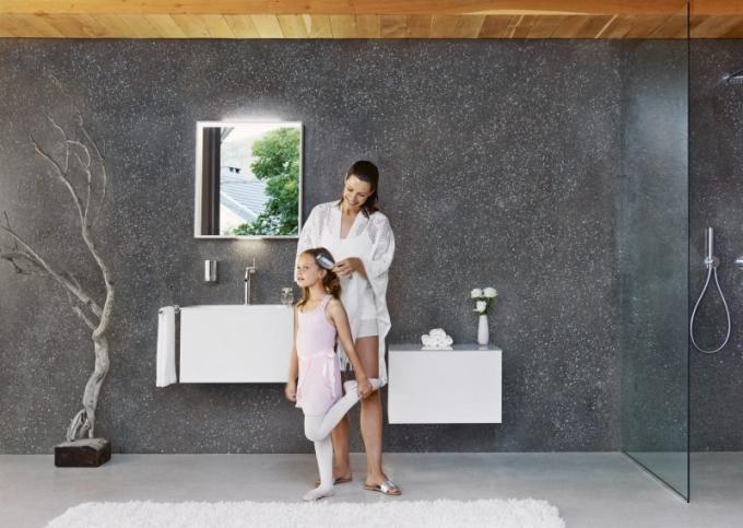 Koupelnové skříňky v bílém provedení, ceny: umyvadlová skříňka, rozměr 64 x 40 x 49 cm, cena 29 340 Kč, skříňka s odkládací plochou, cena 30 110 Kč