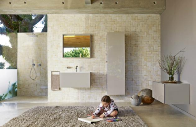 Nábytek v přírodním béžovém odstínu v závěsném provedení se skládá ze zrcadla, umyvadlové skříňky, malé a vysoké skříňky, která má na bočnici směrem k umyvadlu otevřené police