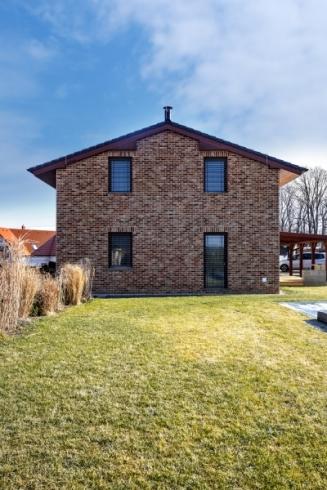 Jedním z hlavních parametrů, které měl dům mít, byla dobrá tepelná izolace bez dodatečného zateplení, kterou splnily broušené cihly Family 2 in 1 značky Heluz