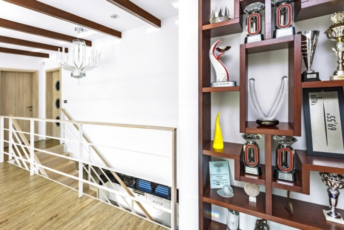 Galerii v horním patře zdobí křišťálový lustr od Preciosy, který Bára dostala za zlatou medaily na olympiádě v Londýně. V polici jsou vystavené cenné sportovní trofeje