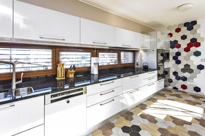 Bílá nadčasová kuchyň je od italského výrobce, ale je upravovaná na míru danému prostoru