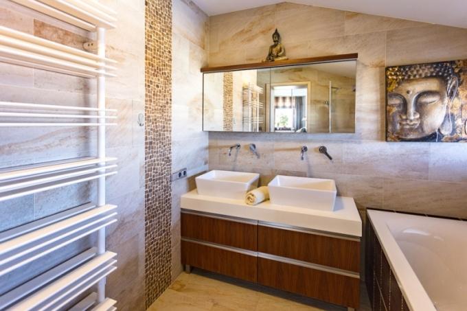 Koupelna rodičů má být relaxační zenovou oázou. Zajímavostí je mozaikový obklad z kokosových ořechů