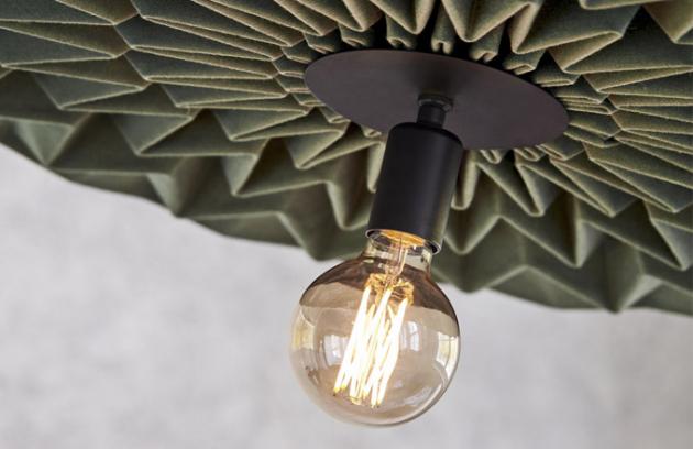 Závěsné svítidlo Fold je inspirováno japonským uměním origami, stínidlo tvoří vnitřní ocelová konstrukce potažená vlněnou tkaninou, design Kyla McCallum, Northern, cena 33 566 Kč, WWW. DESIGNVILLE. CZ