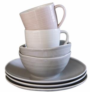 Nádobí z kolekce Kallio, design Anu Pentik, ceny: talíř šedý, O 21 cm 455 Kč, miska šedá, objem 0,5 l 439 Kč, hrnek bílý a růžový, objem 0,35 l 465 Kč