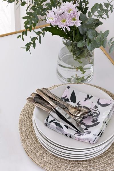 Bílé talíře z kolekce Kallio, keramika, O 26 cm, cena 565 Kč, papírové ubrousky Pioni, světle šedé 33 x 33 cm, cena 135 Kč, prostírání Olki světle hnědé, O 38 cm, cena 175 Kč