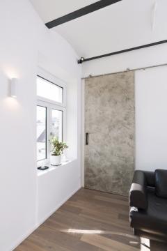 Atypické posuvné dveře po stěně se stěrkou na povrchu, design ateliér OOOOX, posuvné křídlo 290 x 120 cm, nerezové posuvné kování Rotella, Dorsis, orientační cena 47 000 Kč, WWW. DORSIS. CZ
