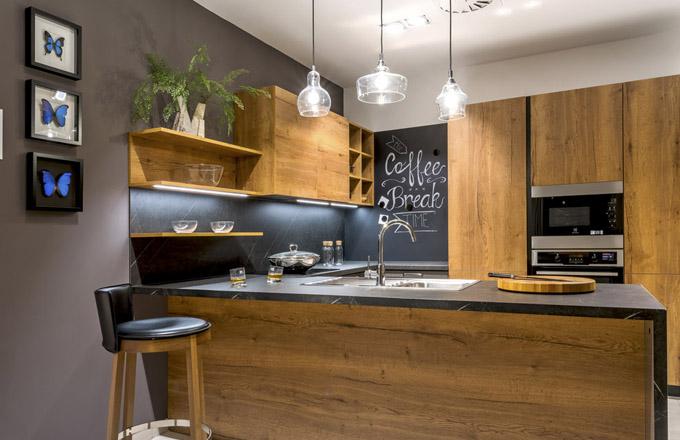 Kuchyňská sestava Style Dub Straight Cognac, korpus v dřevodekoru z lamina s nejvěrnější imitací dřeva, odolný vůči oděru, pracovní deska Dark Marble, Sykora, cena od 115 424 Kč (bez spotřebičů a DPH), WWW. SYKORA. EU