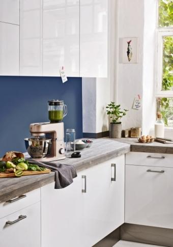 Kuchyňský robot Kitchen minis powder se sklopnou hlavou a mixérem, odstín rose, nerezová ocel, výkon 370–430 W, 28,4/54,9 x 35 x 22,7 cm, WMF, cena 14 098 Kč, WWW. KULINA. CZ