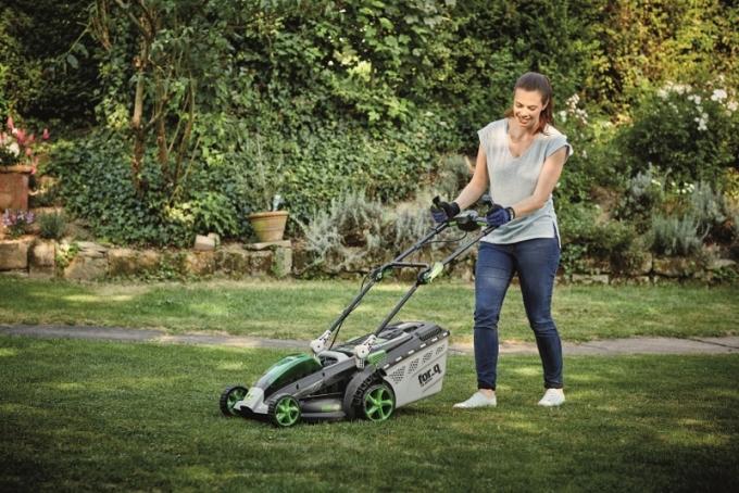 Zahradní technika na akumulátorový pohon je oblíbená zejména díky své výkonnosti, ergonomice a snadné manipulaci. Tyto přístroje jsou lehké, dobře ovladatelné a zároveň se nemusíte zabývat elektrickou šňůrou či benzinovým palivem